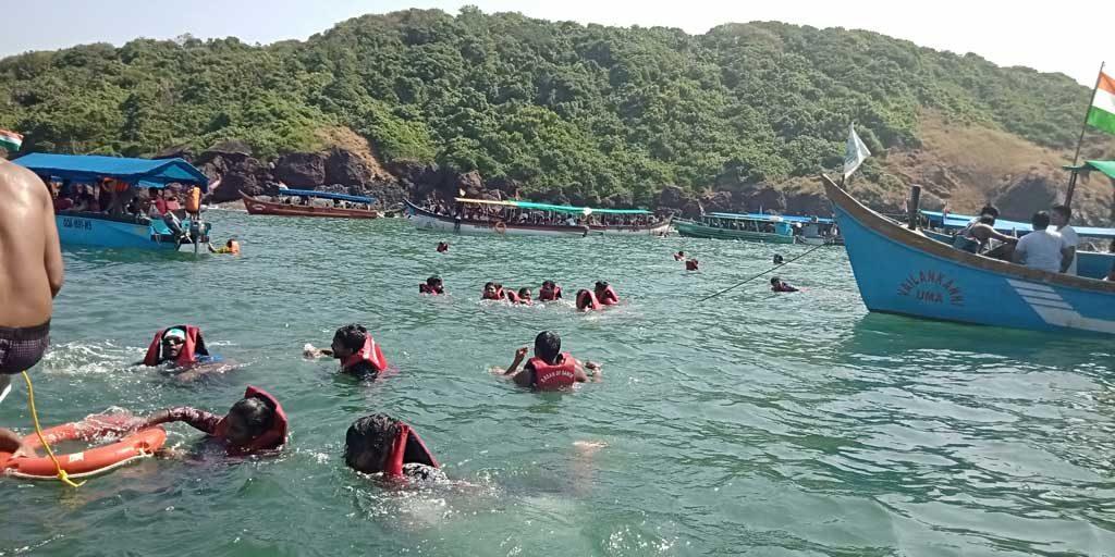 Snorkeling-activities-in-bat-island,-goa
